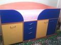 Детская кровать с встроенным выдвижным столом